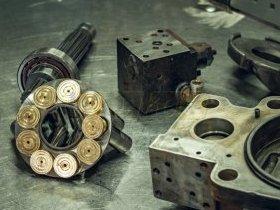 Elementy pompy hydraulicznej w w trakcie składania