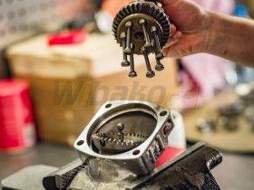 Mechanik naprawia pompę hydrauliczną